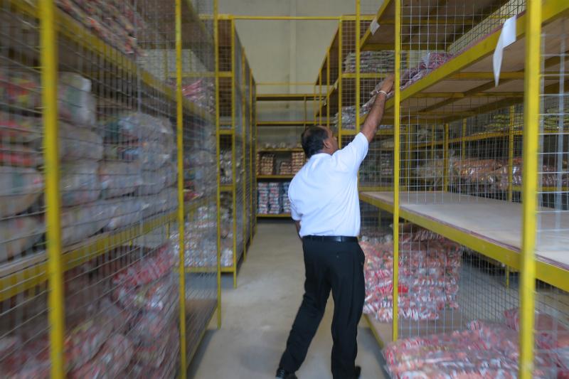物流倉庫を案内するニシャンタ